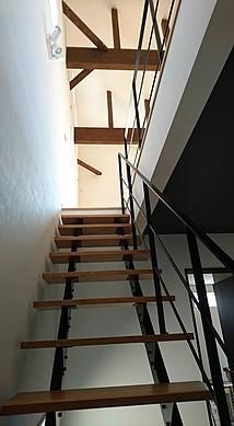 オープン階段と吹き抜けのリビング