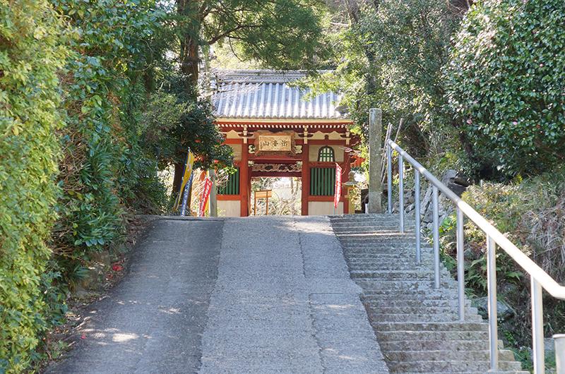 山門への坂